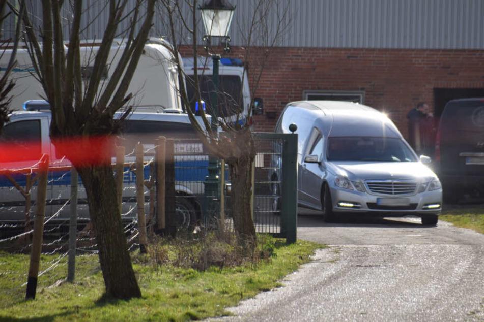 Ein Leichenwagen hält auf dem Hof in Dammfleth.
