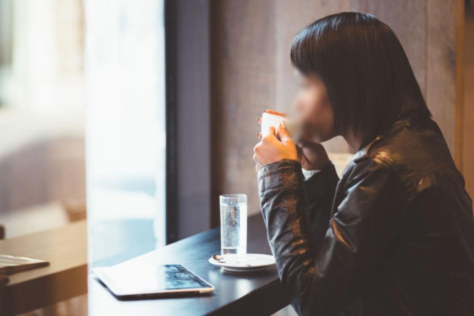 Die 18-Jährige sitzt seelenruhig im Internetcafe, als ein 28-Jähriger ihr mit eindeutigen Absichten entgegentritt. (Symbolbild)