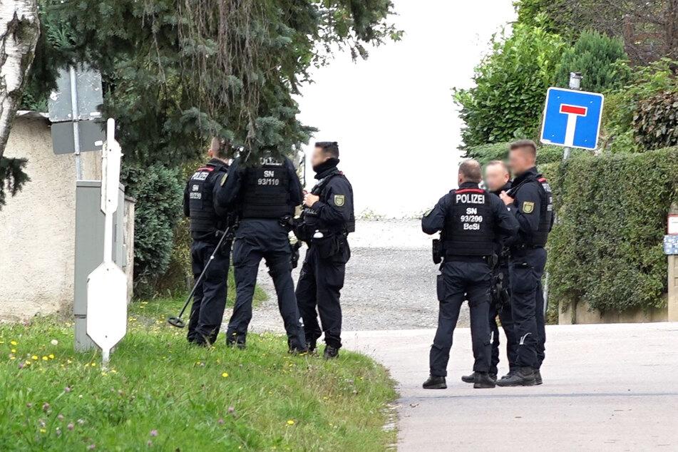 Mit einem Metalldetektor war die Polizei auch am Dienstagabend wieder in Großröhrsdorf auf der Suche nach Spuren.