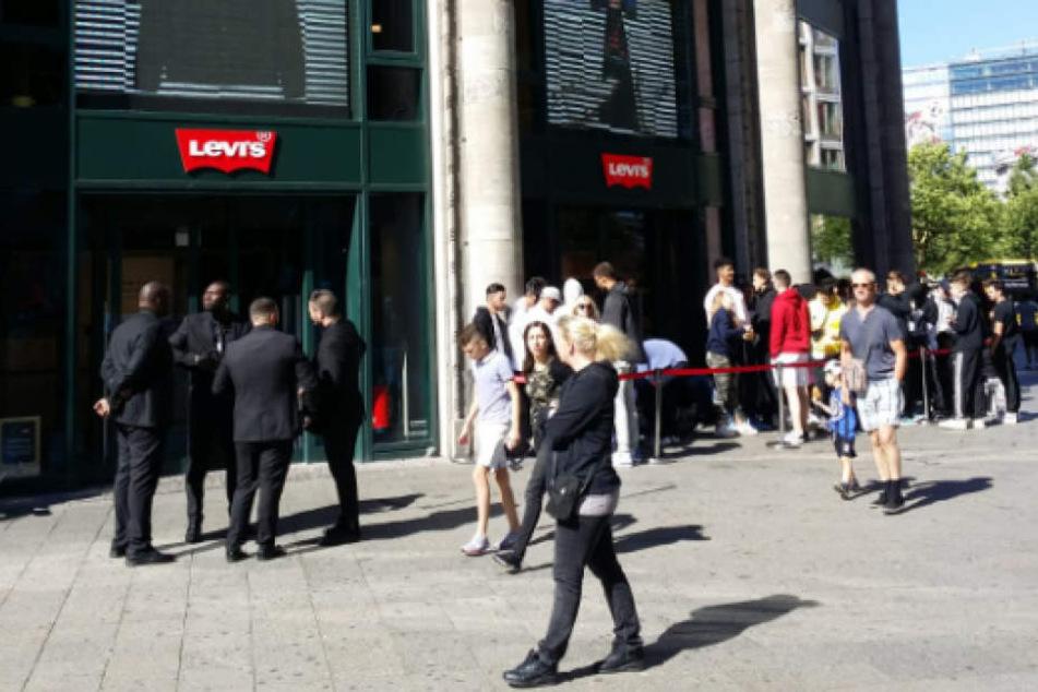 Lange Schlange am Ku'damm: Worauf warten denn diese vielen Leute hier?