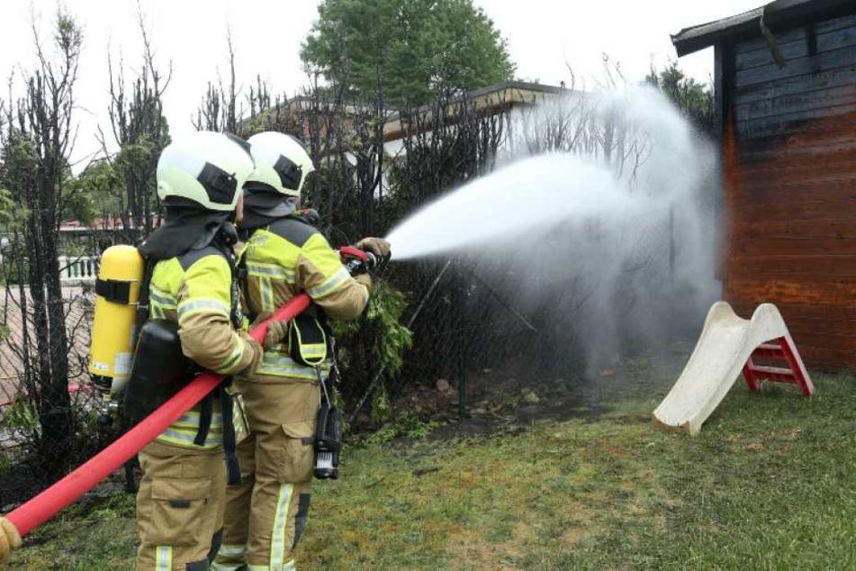 Die Kameraden löschten den Brand zügig. Trotzdem wurden zwei Lauben stark in Mitleidenschaft gezogen.