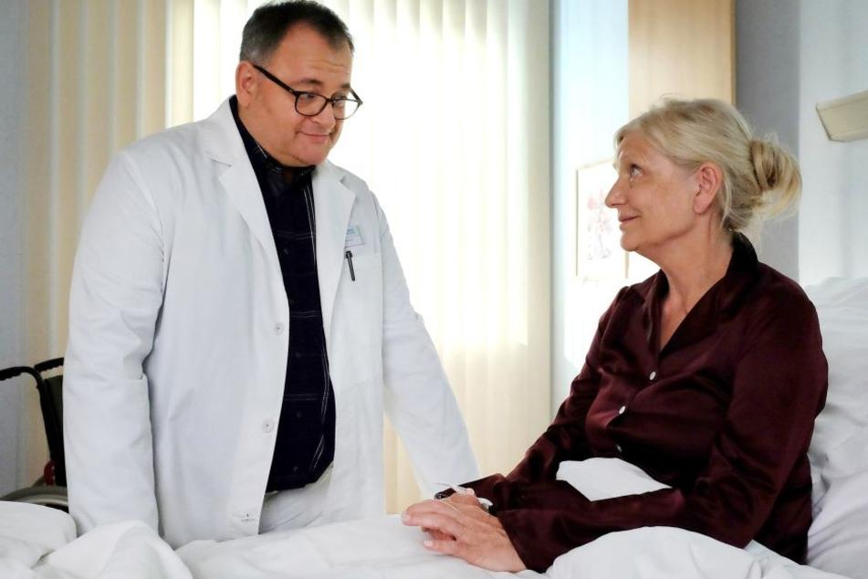 Assistenzarzt Hans-Peter Brenner (l.) findet heraus, dass der über 30 Jahre lang zurückliegende Streit mit Irmgard Müllers (r.) jetzigem Ex-Partner ein riesengroßes Missverständnis war.