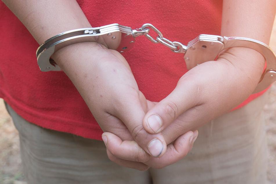 Der Teenager wurde zunächst verhaftet, ist aufgrund seines Alters inzwischen aber wieder auf freiem Fuß. (Symbolbild)