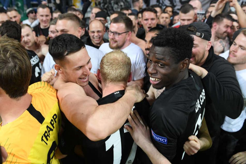 Auf Tuchfühlung: Danny da Costa und Sebastian Rode holten sich ihre Glückwünsche persönlich von den Anhängern ab.