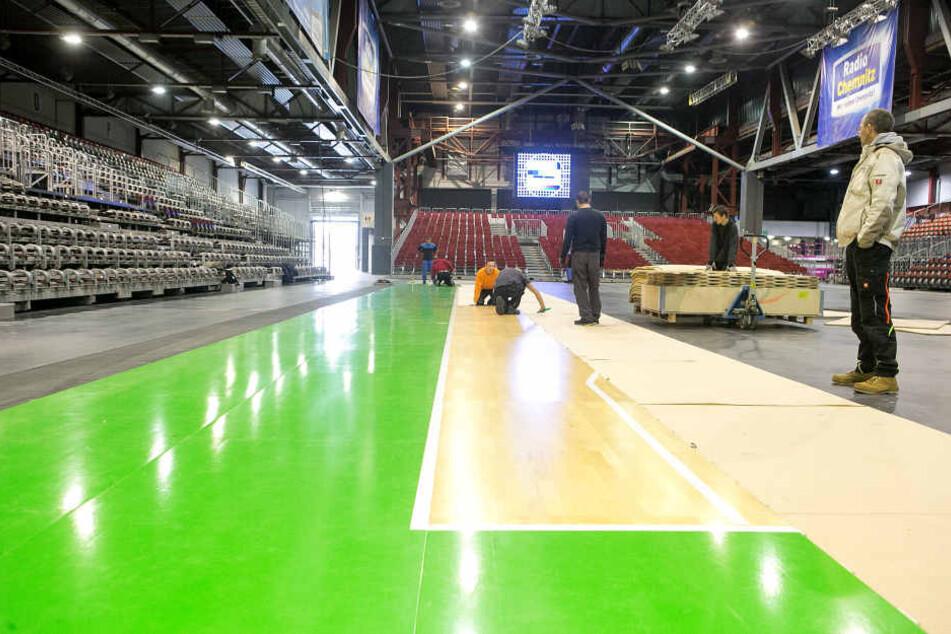 In der Chemnitz-Arena wird das Parkett für das X-Mas Game Niners vs. Dresden Titans verlegt.