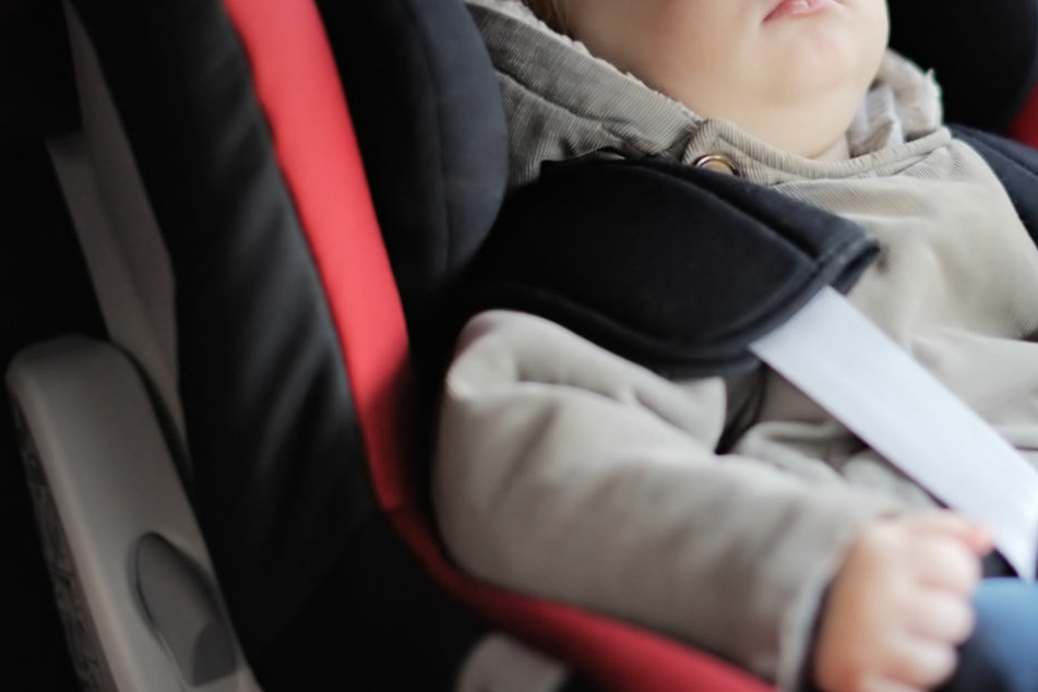Dramatische Rettung: Zweijähriger sitzt eingesperrt in heißem Auto fest