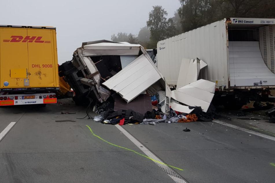 Bei dem Unfall sind gleich drei Lastwagen ineinander gerast.