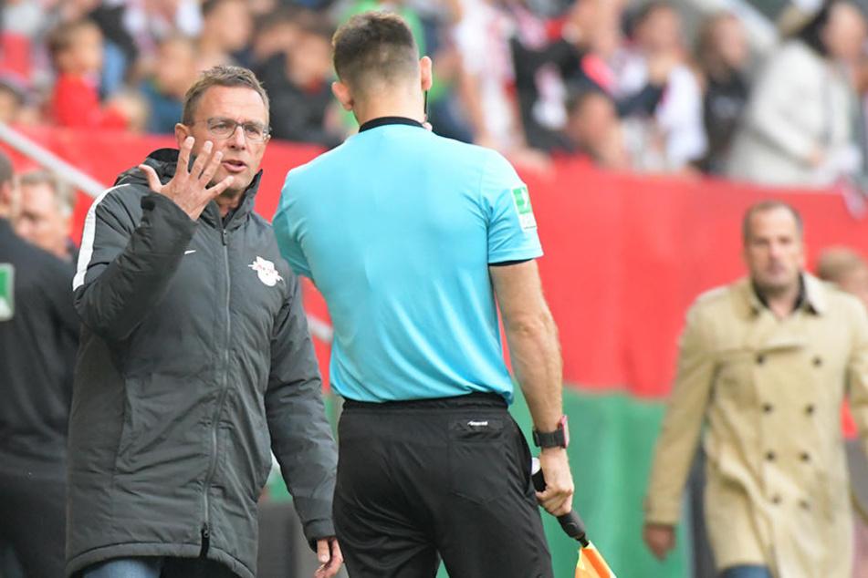 Beschwerte sich nach dem nicht gegebenen Elfmeter beim Schiedsrichter-Assistenten: RB-Trainer Ralf Rangnick (l.).