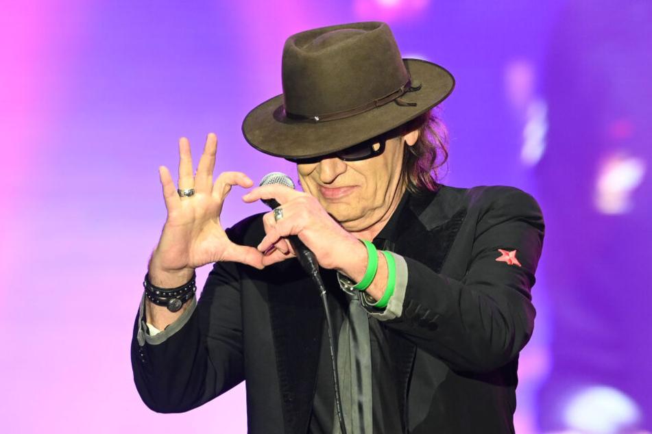 Der Sänger Udo Lindenberg steht bei seinem Tourneestart in Bremen auf der Bühne. Auf seiner Deutschland-Tournee macht Lindenberg bis zum Juli in zwölf Städten Station – mit tatkräftiger Unterstützung eines Mixed-Martial-Arts-Stars!