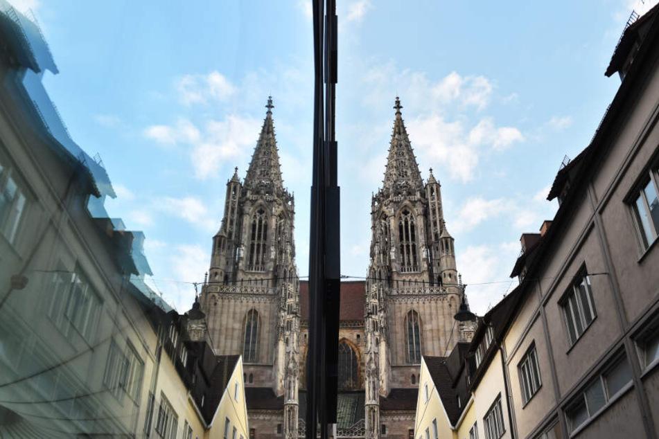 Das Ulmer Münster spiegelt sich in einer Scheibe.