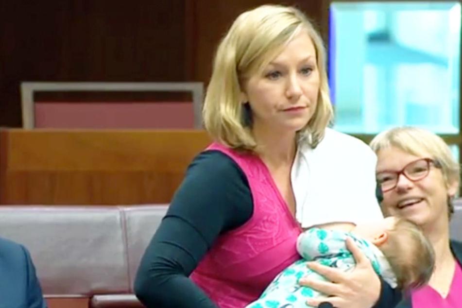 Larissa Waters (40) stillt ihre kleine Tochter mitten im Parlament.