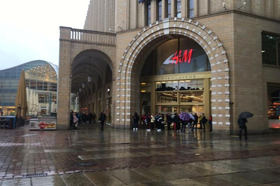 Passanten und Angestellte mussten das Kaufhaus verlassen und warten vor den Eingängen.