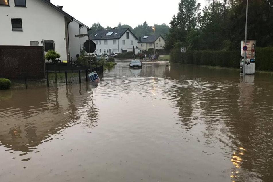 In Brake ist steht eine komplette Straße unter Wasser.