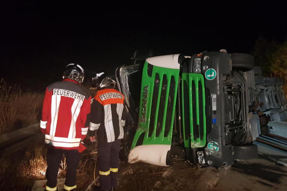 A4 stundenlang gesperrt: Lkw gerät ins Schleudern und kippt um