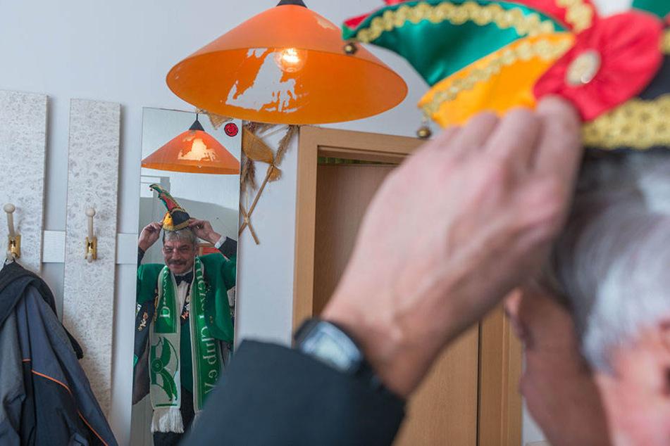 """Ein letzter Blick vorm Gehen in den Spiegel: """"Sitzt die Kappe?"""", fragt sich Uwe Henkel."""