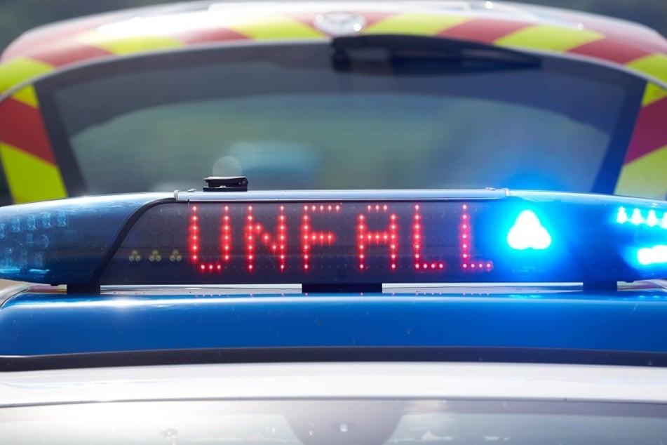 Aus ungeklärter Ursache fuhr der 19-Jährige eine Böschung hinauf, das Auto flog durch die Luft und knallte auf einen Acker.