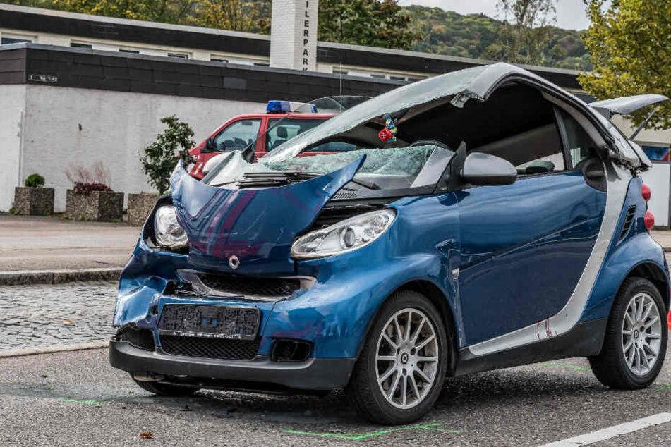 Mit diesem Smart krachte ein 49-Jähriger am Donnerstag in Esslingen ins Heck eines Mercedes.