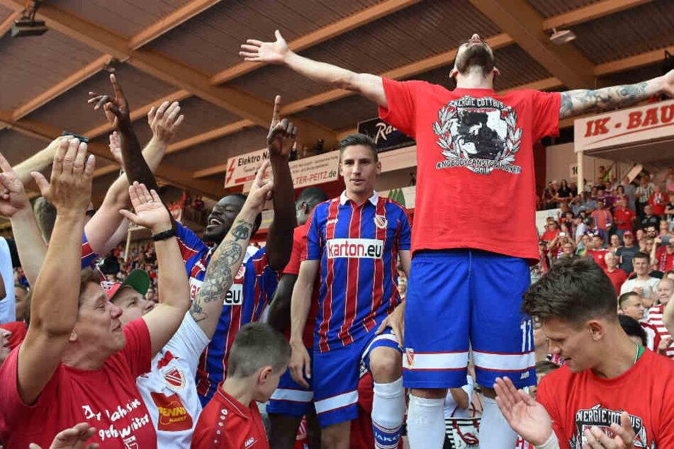 Maximilian Zimmer feiert mit Fans und Mitspielern den Aufstieg in die 3. Liga.