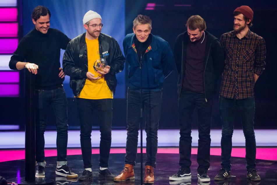 """Die Band Kraftklub freut sich bei der Verleihung der 1Live Krone in der Jahrhunderthalle in Bochum über die Auszeichnung in der Kategorie """"Beste Band""""."""
