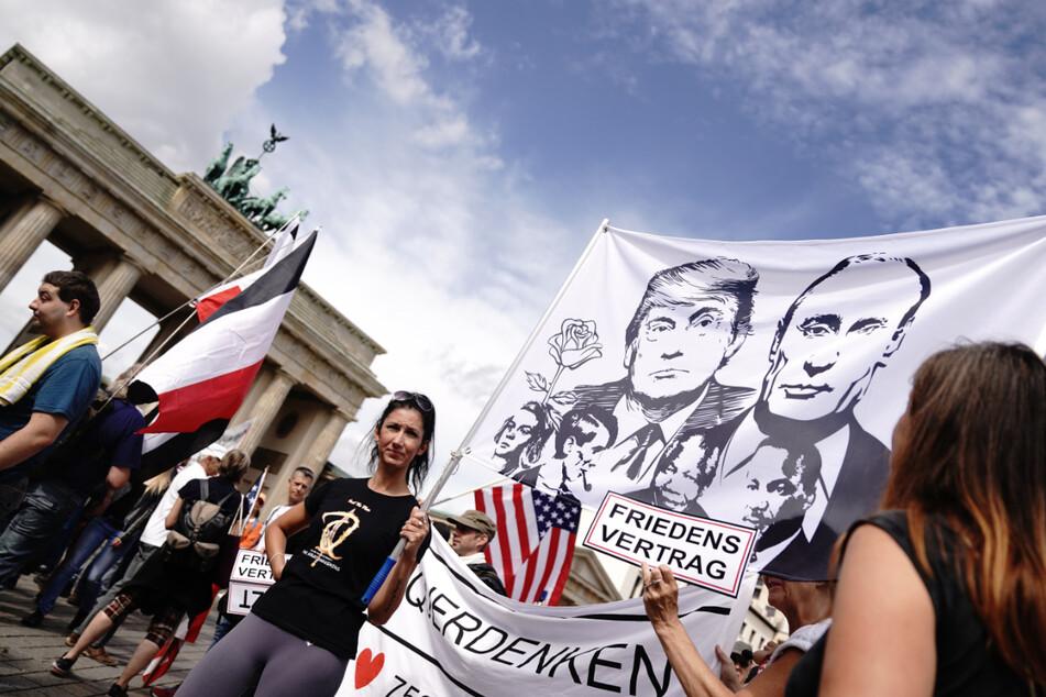 Teilnehmer sammeln sich im August 2020 am Brandenburger Tor zu einer Demonstration gegen die Corona-Maßnahmen. Ob die Querdenken-Demo am 17. Juni abgesagt wird, ist weiter unklar.