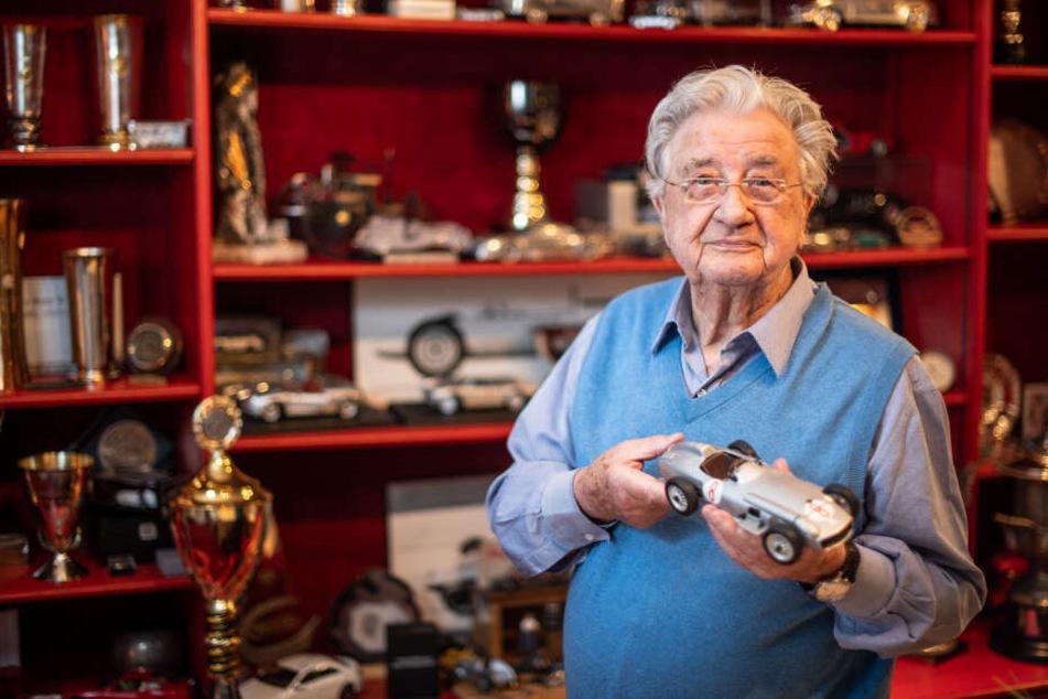 Hans Herrmann war von 1953 bis 1970 im Motorsport aktiv, nahm unter anderem an 18 Formel 1-Rennen teil und gewann einmal die 24 Stunden von Le Mans.