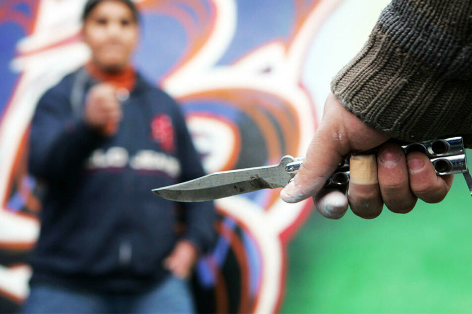 Die beiden Gruppen attackierten sich mit Messern, Flaschen und anderen Gegenständen. (Symbolbild)