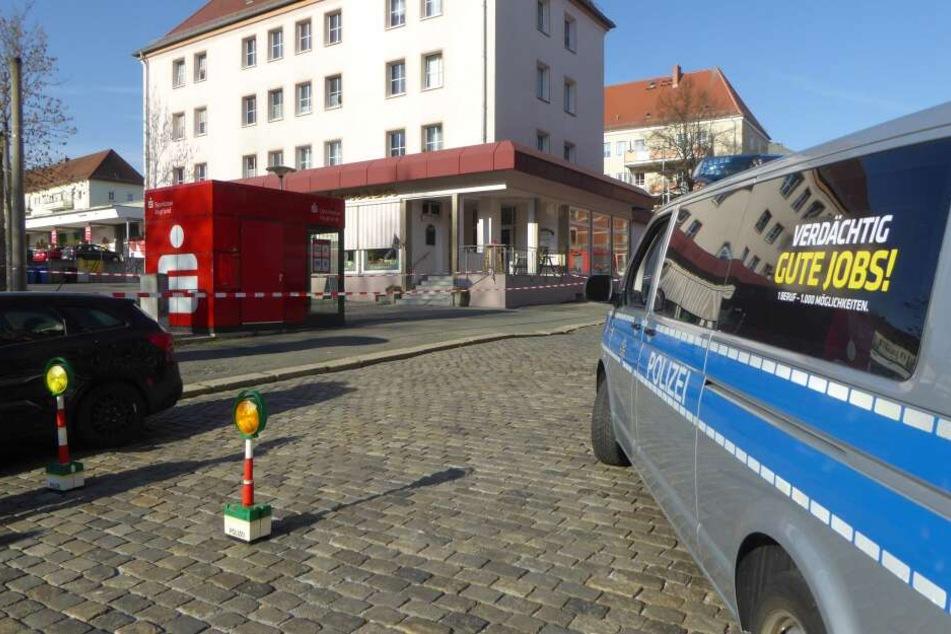 Am Donnerstagmorgen bemerkte ein Kunde beißenden Geruch in einem Container einer Bank in der Fichtestraße.