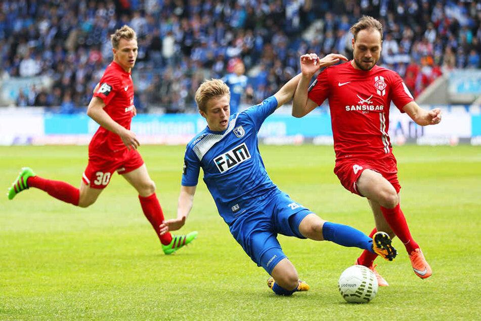 Rico Benatelli (r.) im Mai 2016 in der 3. Liga im Trikot der Würzburger Kickers im Zweikampf mit Sebastian Ernst, der damals noch für den 1. FC Magdeburg kickte. Die Elbestädter verloren die Partie mit 0:1, im Hinspiel im Dezember 2015 hatte es ein 1:1 ge