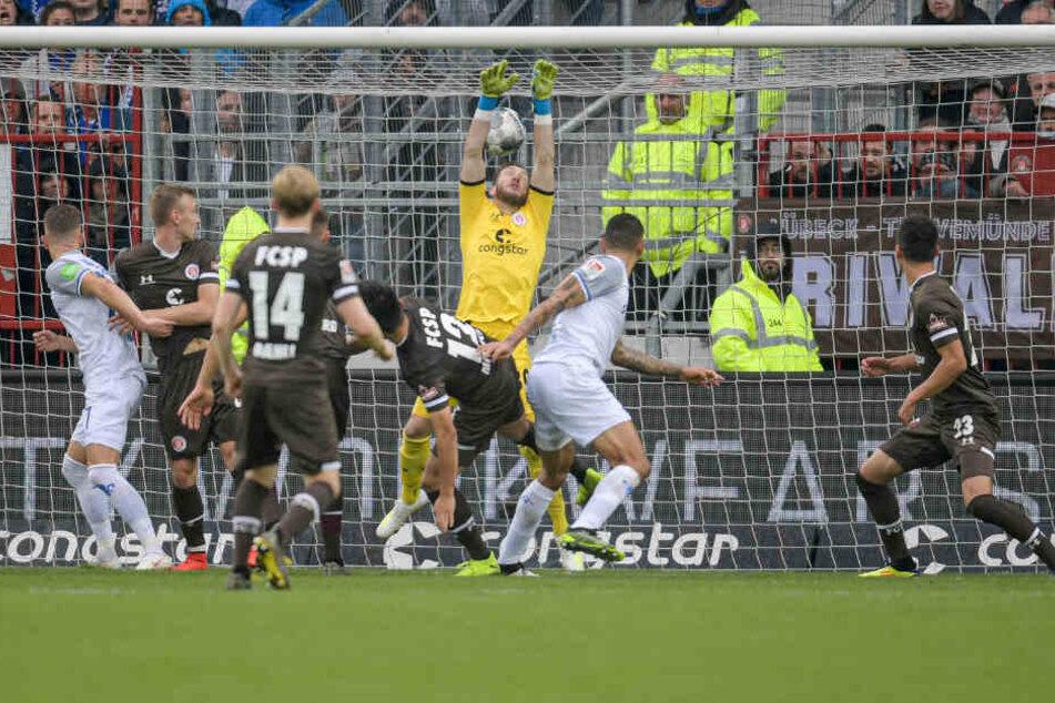 Robin Himmelmann kann den Kopfball nicht halten und Darmstadt gelingt das Sieg-Tor.