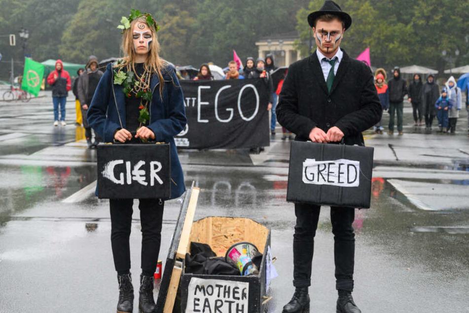 """Aktivisten der Klimabewegung """"Extinction Rebellion"""" haben während ihrer Aktionswoche """"Berlin blockieren"""" die Zufahrten zum Großen Stern an der Siegessäule besetzt und stehen mit einem Sarg mit der Aufschrift """"Mother Earth auf dem Kreisverkehr."""