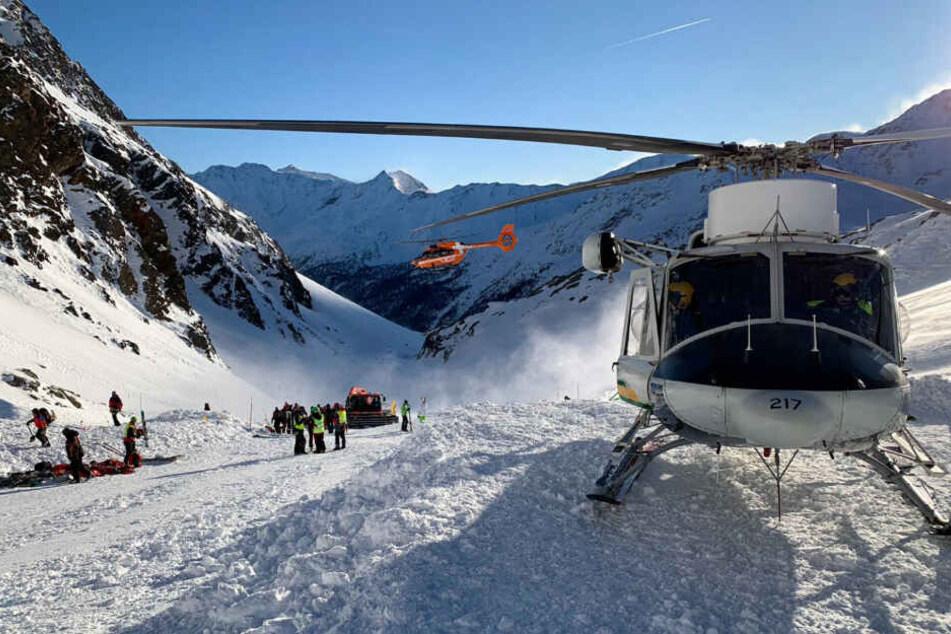 Ein Helikopter ist während der Suchaktion von Rettungskräften nach einer Lawine auf der Skipiste gelandet.