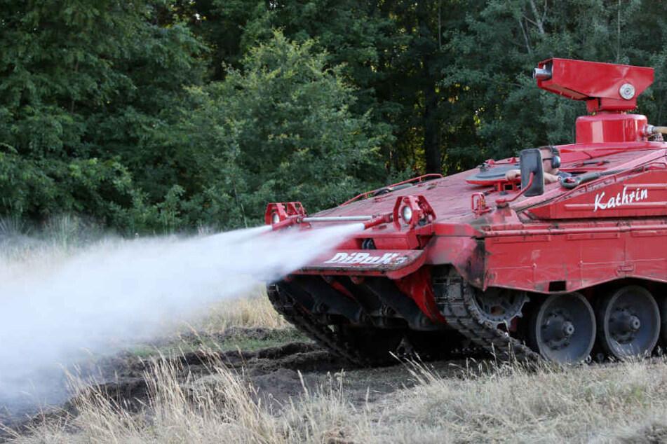 """Löschpanzer """"Kathrin"""" bekämpft den Waldbrand."""