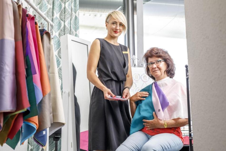 Bevor sich Personalshopperin Larissa Markus (39) und Kundin Elke Siebert (61) in die Geschäfte stützen, wird erstmal der Farbtyp analysiert.