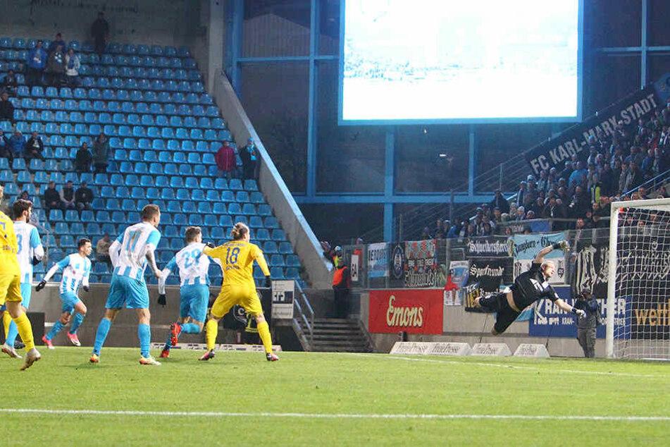 """Da schlägt's ein im Schiebocker Tor, BFV-Keeper Dominik Reissig streckt sich nach dem """"Flatterschuss"""" von Tobias Müller vergeblich - das 2:1 für den CFC."""