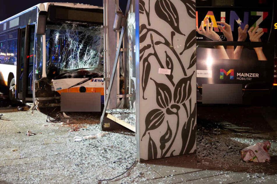 Zwei Busse und vier Autos waren an dem schweren Unfall beteiligt.