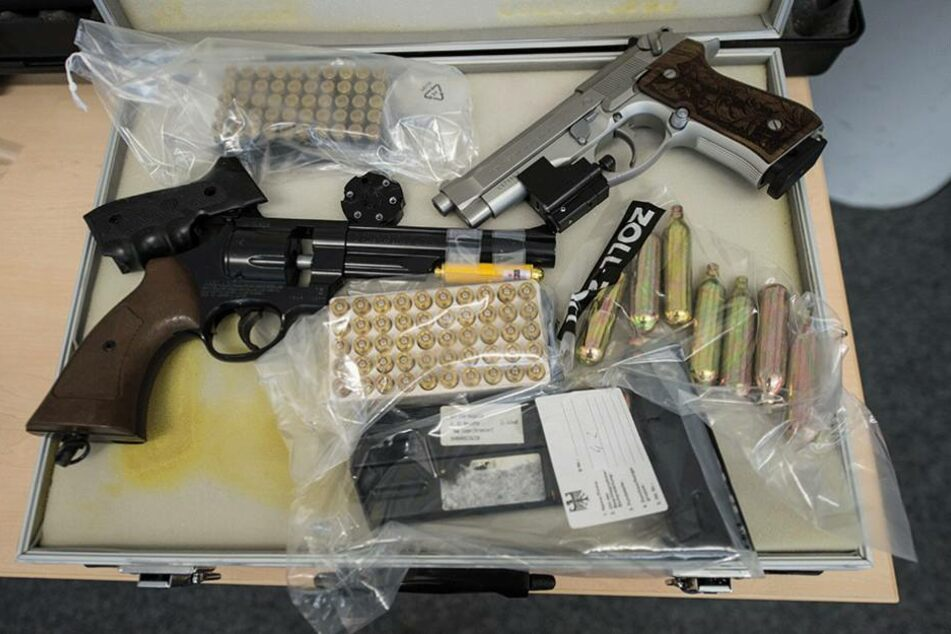 Bei einer Razzia sichergestellte illegale Waffen und Munition.