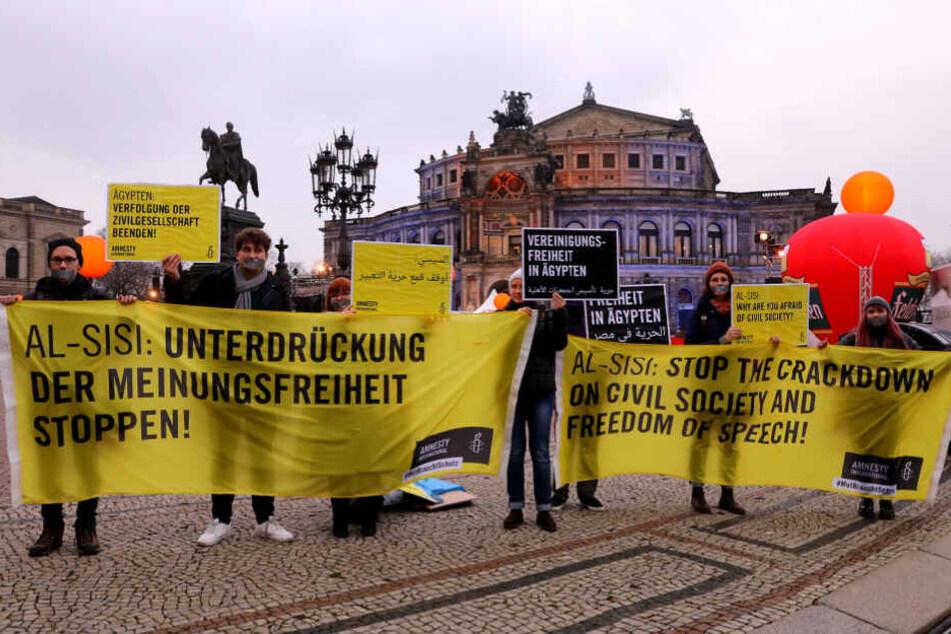 Die Amnesty-Demonstranten protestieren gegen den ägyptischen Diktator Al-Sisi.