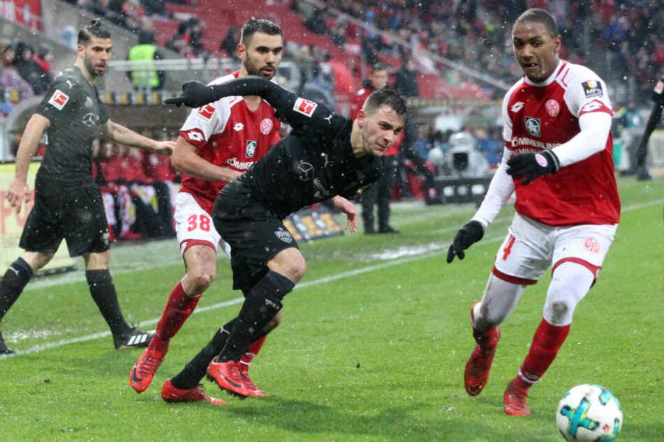 Stuttgarts Anastasios Donis (Mitte) kämpft gegen die Mainzer Abdou Diallo (rechts) und Jannik Huth (links).