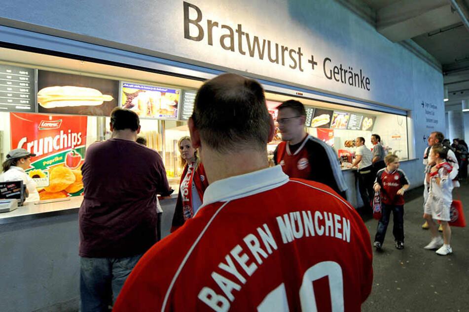 """Bratwurst und Bier gibt es erst bei vorheriger Aufladung der """"Arena Card""""."""