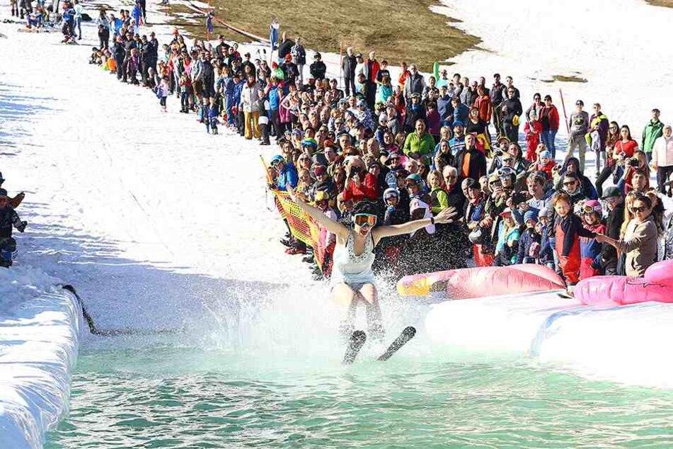Nichts für feige Frostbeulen: Der Wasserski-Wettbewerb zum Saisonausklang in Oberwiesenthal lockte zahlreiche Zuschauer an den Fichtelberg.