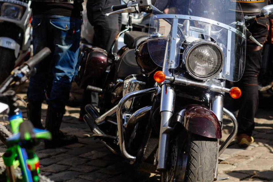 Schwere Maschinen in der Stadt: Was macht ein Biker-Trupp vor der Kita?