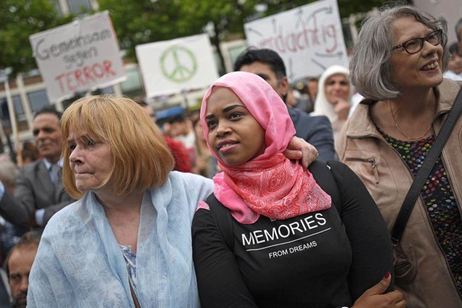 Muslime demonstrieren gegen Terror und kaum einer kommt