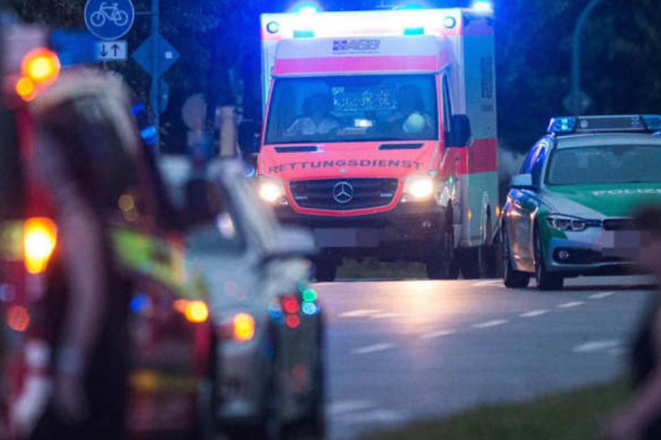 Nachdem er mit seinem Wagen gegen einen Baum geprallt war, ist ein Mann in Taucha bei Leipzig gestorben. (Symbolbild)