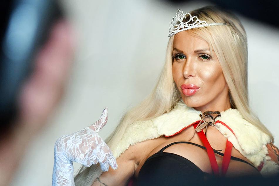 Eines ihrer Markenzeichen sind die langen, blonden Haare.
