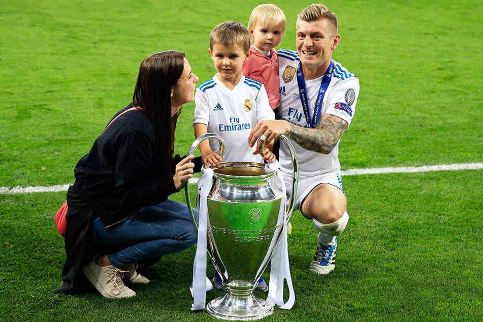 Toni Kroos mit seiner Familie: Seine Frau Jessica Faber und die gemeinsamen Kinder Leon und Amelie.