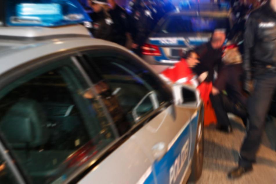 Die Polizei konnte den Angreifer zu Boden bringen. Dieser hatte 1,2 Promille intus. (Symbolbild)