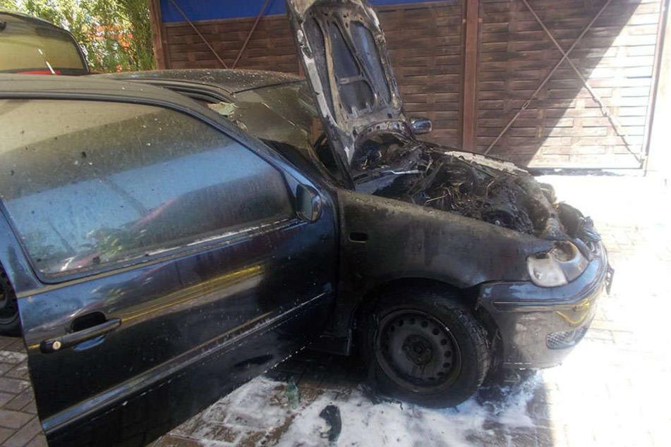 Bei der Reparatur hat der Motorraum des Autos Feuer gefangen. Die Folge: Totalschaden!