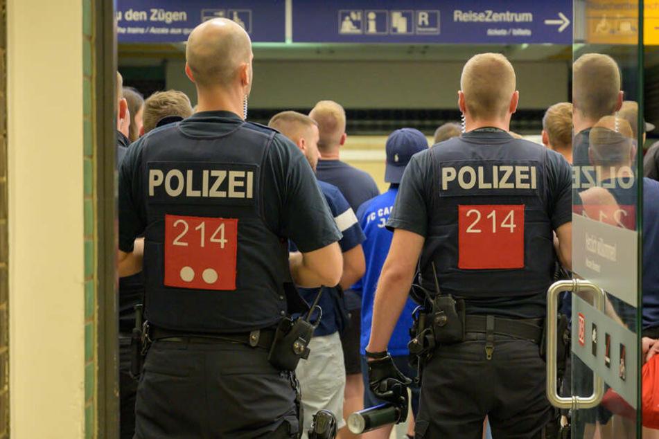 Die Polizei hatte am Bahnhof in Weimar auch Pfefferspray zur Hand.