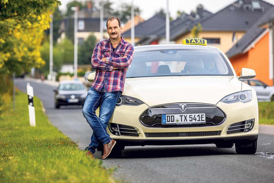 Zufrieden mit einigen Abstrichen: Taxi-Fahrer Wolfgang Pfützner (53) ist seit  einem Jahr mit seinem Stromer unterwegs.
