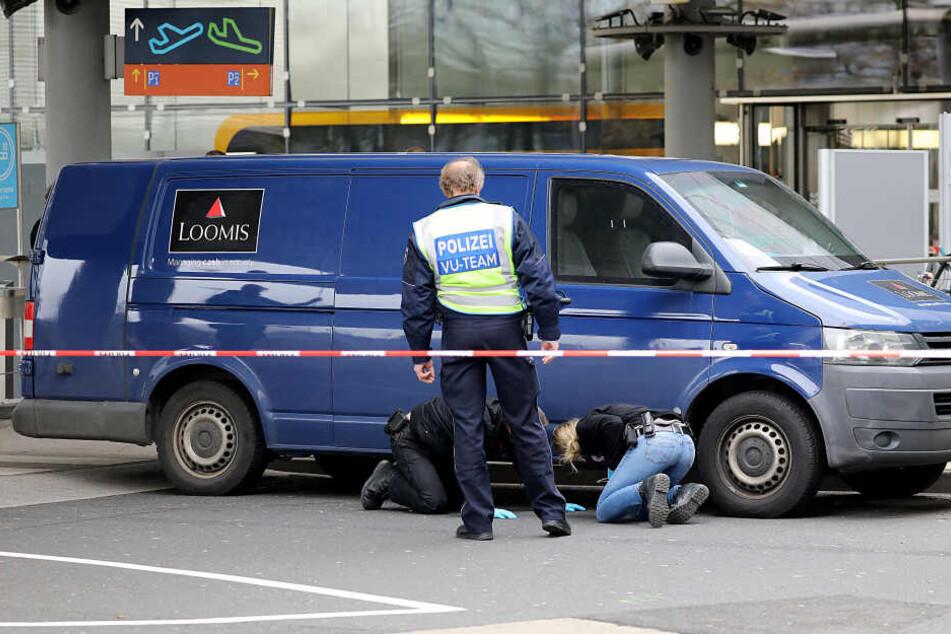 Ermittler der Polizei sichern an einem Geldtransporter Spuren (Archivbild).
